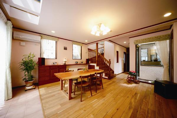 床がガラス貼り、1階も明るい家