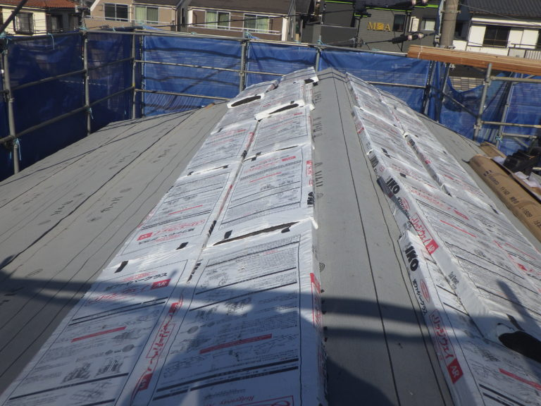屋根の施工が始まりました。