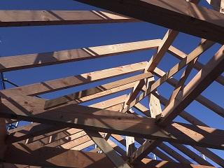 屋根タルキを取付けています。