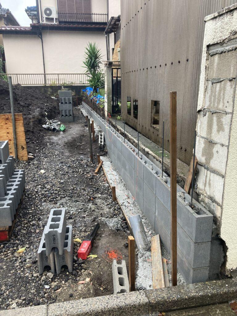 練馬区土支田 T邸の境界ブロックを立てています。
