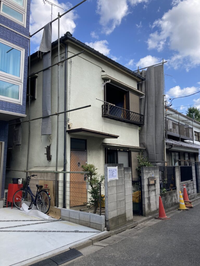 板橋区弥生町 S&N邸の解体が始まりました。